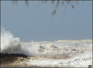 John and Jackie Knill took pictures as the tsunami approached Khao Lak, Thailand