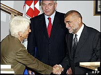 UN's chief war crimes prosecutor Carla del Ponte shakes hands with Croatian President Stjepan Mesic (right) next to Prime Minister Ivo Sanader