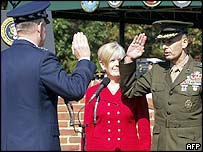 Gen Peter Pace (L) takes oath from predecessor Gen Richard Myers (R)