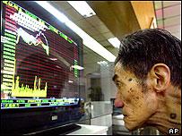 Un hombre mira las cifra del mercado bursátil