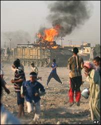 Iraquíes lanzan bombas contra tanque británico en Basora.