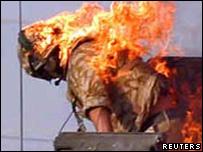 Soldado británico es alcanzado por bomba en Basora, Irak.