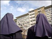 Monjas frente al hospital donde el Papa está internado