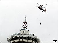 Helicopter rescues people from skyscraper