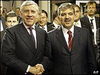El canciller británico, Jack Straw y el canciller turco, Abdullah Gul