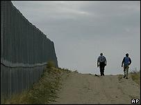 Grupos de voluntarios recorren la frontera entre EE.UU. y México
