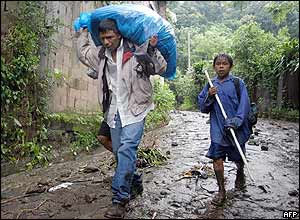 Father and son abandon their dwelling in Lourdes Colon, El Salvador