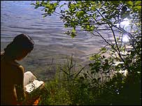 Image of girl sitting by the river, taken by Philip-Lorca DiCorcia