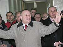 Rasim Delic gestures to a group of supporters at Sarajevo's airport
