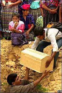Familiares de víctimas de la guerra civil en Guatemala.