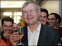 Theodor W. Haensch, uno de los ganadores del Premio Nobel de Física, celebra.