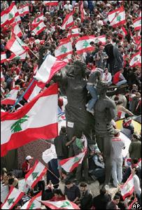 Manifestantes ondean banderas libanesas