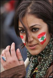 Un joven libanesa toma parte en las protestas