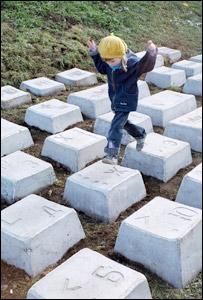 Дети уже играют на клавишах памятника