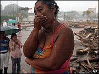 Una mujer llora cerca del río Coatán en Tapachula, México