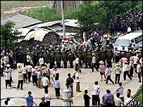Chinese villagers face off riot police at their village in Taishi, southern China's Guangdong province 12 September 2005.