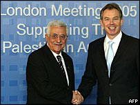 Palestinian leader Mahmoud Abbas (l) shakes hands with UK Prime Minister Tony Blair