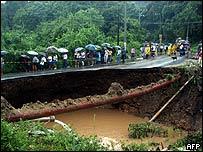 Puente destruido por la tormenta.