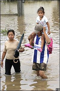 Residentes de las ciudad mexicana de Veracruz caminan por sus calles inundadas.