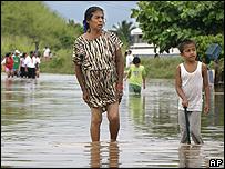 Habitantes de Veracruz caminan por las calles inundadas de esa ciudad portuaria.