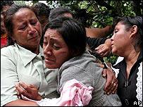 Una mujer llora la muerte de sus hijos
