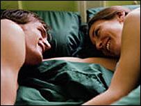 Una pareja en la cama.