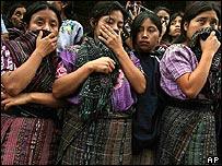 Mujeres guatemaltecas lloran por sus muertos en Panabaj
