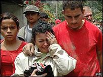 Una mujer llora la muerte de un familiar