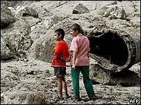 Dos niños observan los estragos de una avalancha