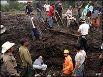 Actividades de rescate en la aldea de Panajab, Guatemala