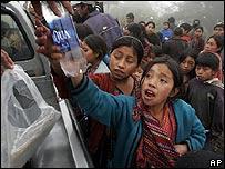 Ni�os guatemaltecos reciben ayuda al lado de una carretera.