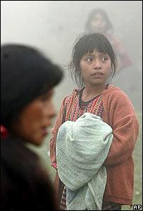 Una ni�a indigena espera agua y alimentos en  Los Churuneles, Guatemala.