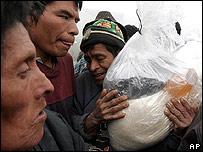 Sobrevivientes reciben alimentos en Los Churuneles, Guatemala