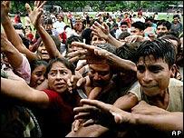 Guatemaltecos tratan de conseguir los alimentos distribuidos como ayuda cerca de Puerto San José, Escuintla