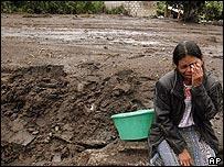 Una mujer indígena llora cerca de un deslave en Panabaj, Santiago Atitlán, Guatemala