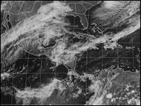 Im�gen satelital de unas pocas nubes sobre Cuba
