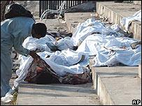 Un estudiante de medicina revisa los cadáveres en Muzaffarabad, Pakistán