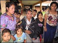 Jesusa Pérez y su familia en un albergue de Retahuleu. (Foto: Mariusa Reyes, BBC Mundo)