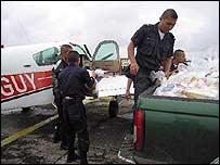 Voluntarios cargan la avioneta de alientos y medicinas. (Foto: Mariusa Reyes, BBC Mundo)
