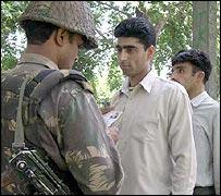 جندي هندي يفتش بعض الشباب في القطاع الهندي