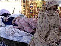 سيدة وابنتها المصابة في القطاع الباكستاني من كشمير