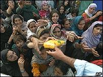 Mujeres de Cachemira intentan alcanzar la ayuda en Muzaffarabad