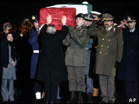 Italian president touches the coffin of Italian intelligence officer Nicola Calipari arriving from Baghdad to Ciampino's airport