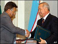 Pakistani President Pervez Musharraf (left) and Uzbek President Islam Karimov