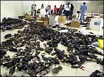 Un grupo de voluntarios organizan zapatos donados para las v�ctimas de la tormenta Stan en El Salvador.