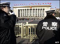Polic�as chinos frente a la Gran Sala del Pueblo en Pek�n.