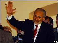 Carlos Mesa saluda a sus simpatizantes tras haber anunciado su renuncia.