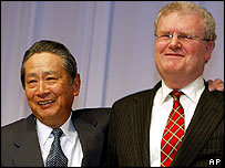 Outgoing Sony Corp chairman Nobuyuki  Idei embraces his successor, Howard Stringer