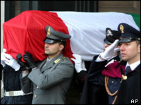 Italian soldiers carry the coffin with remains of Nicola Calipari