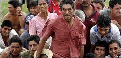 Pobladores en Escuintla, unos 150 kms al sur de Ciudad de Guatemala